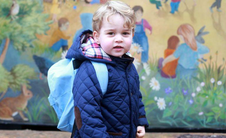 Príncipe Jorge em seu primeiro dia de aula. Foto foi tirada por sua mãe.