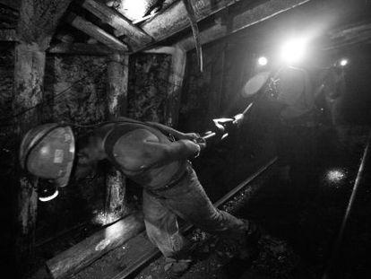 Trabalhadores no interior de uma mina em Coahuila.