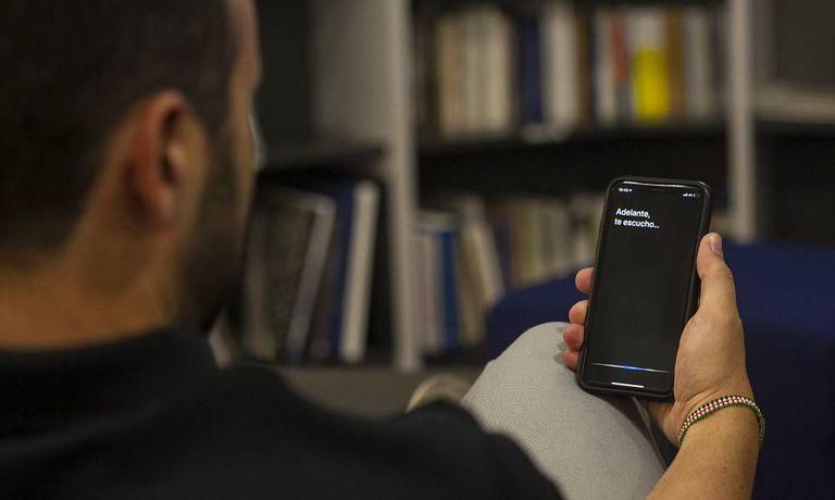 Usuário de iPhone faz uma consulta ao assistente Siri.