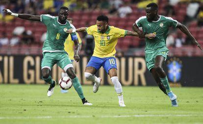 Neymar preso no meio da marcação de Kouyate e Sarr.