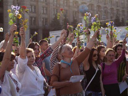 Um grupo em Kiev pede eleições pacíficas.