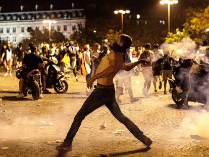 Distúrbios em Paris durante a celebração da vitória da França na Copa do Mundo, em imagens
