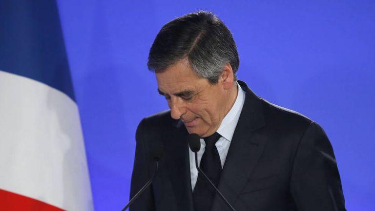 O candidato conservador François Fillon depois de pedir votos para Macron no domingo em Paris.