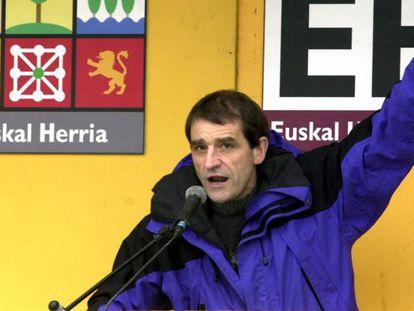 José Antonio Urrutikoetxea, 'Josu Ternera', em um ato político no Sodupe (Vizcaya) em 6 de maio de 2001, quando era candidato do partido Euskal Herritarrok na província de Vizcaya