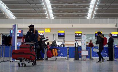 Passageiros de máscara no aeroporto de Heathrow, na região de Londres, nesta segunda.