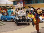 Llegada en coche de los personajes Disney al espectáculo Stars & Cars