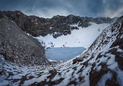 A lagoa Roopkund abriga centenas de esqueletos no seu interior e arredores.