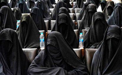 Um grupo de mulheres em um ato de apoio aos talibãs no sábado, na Faculdade de Educação da Universidade de Cabul.