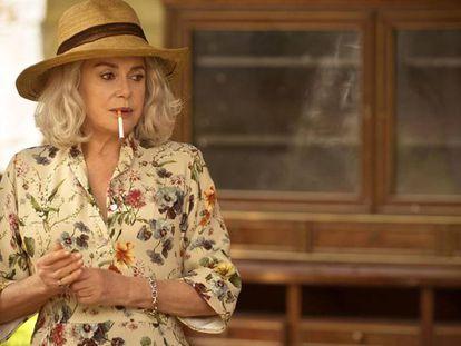Deneuve, em uma cena de 'A Última Loucura de Claire Darling'.