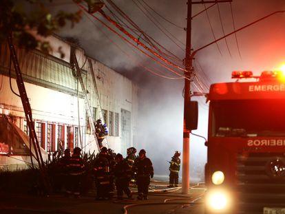 Bombeiros controlam o incêndio no galpão da Cinemateca Brasileira, em São Paulo, na quinta-feira.