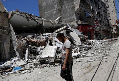 Um homem passa pelos destroços de um prédio destruído após ser atingido por ataques aéreos israelenses na Cidade de Gaza, nesta quinta-feira.