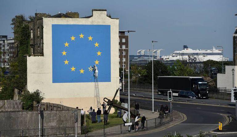 Mural sobre o 'Brexit' pintado por Banksy em Dover.