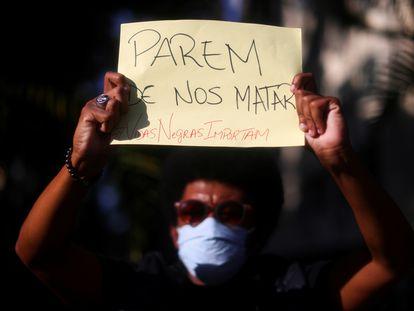 Manifestante em protesto com o racismo e a violência policial no Rio, em 31 de maio.