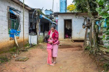 Cristiane Ramos, 34 anos, com a filha Ingrid, 6, na sua casa no distrito de Engenheiro Marsilac, zona sul de São Paulo.