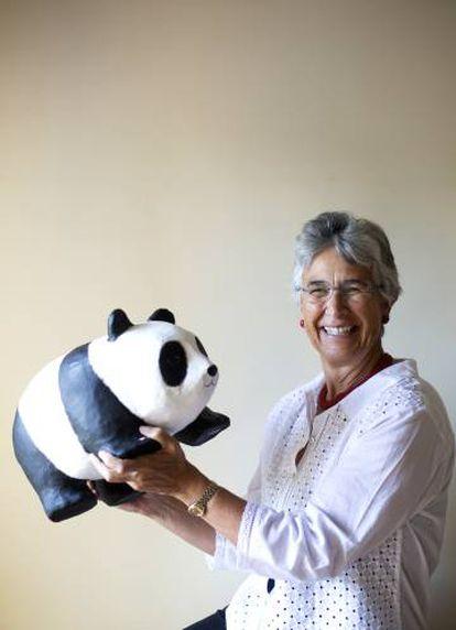 Yolanda Kakabadse e o urso panda, símbolo da WWF.