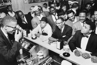 Malcolm X retrata Muhammad Ali em uma cafeteria em Miami, dias depois de ele ser proclamado campeão do mundo.