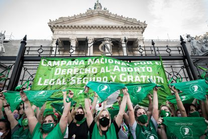 Mobilização em frente ao Congresso argentino a favor da legalização do direito ao aborto, em novembro.