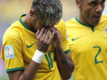 Neymar e Daniel Alves ouvem o hino contra o México.