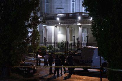 Agentes de polícia, na Embaixada de Cuba em Washington, em 30 de abril. Em vídeo, a escalada de tensão entre os dois países.