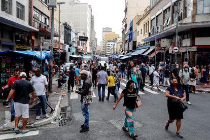 Dezenas de pessoas caminham pela rua 25 de Março, via comercial do centro de São Paulo, no dia 5 de março deste ano.