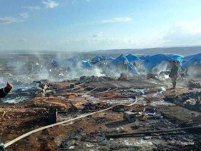 Barracas destruídas após o suposto ataque. A foto foi publicada no Twitter.
