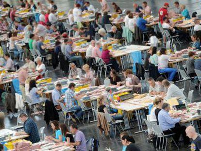 Agentes eleitorais se preparam para a contagem de votos enviados pelo correio nas eleições europeias em Munique (Alemanha).