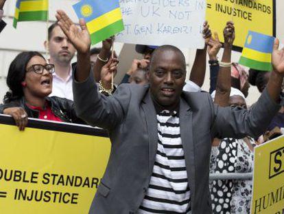 Partidários de Karenzi Karake, na quinta-feira em Londres.