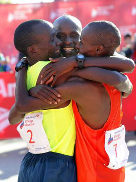 Os quenianos Kipchoge, Kittwara e Chumba após a maratona de Chicago.