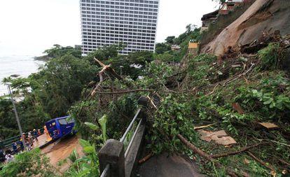 Ônibus atingido por um deslizamento de terra na zona sul do Rio de Janeiro, após uma tempestade da noite desta quarta-feira.