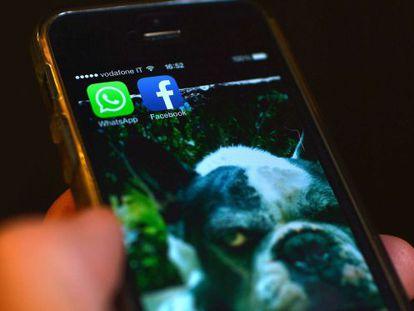 Um celular com os aplicativos do Facebook e WhatsApp.