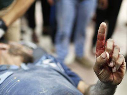 Um ferido palestino durante os bombardeios israelenses.