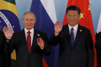 Os presidentes Vladimir Putin (esquerda) e Xi Jimping (direita), nesta terça-feira na cimeira dos BRIC.
