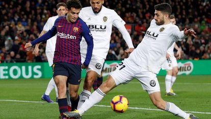 Philippe Coutinho sofre com a marcação dos defensores do Valencia.