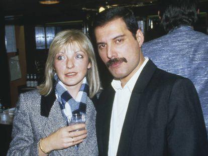 Freddie Mercury com sua amiga (e posterior herdeira) Mary Austin no Royal Albert Hall de Londres, em novembro de 1985.