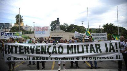 Manifestante pedem intervenção militar no país durante protesto no Rio de Janeiro em março de 2014