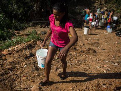 Moradores de Itu procuram água em bicas, em 2014.