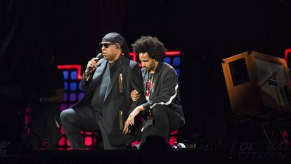 Stevie Wonder e seu filho se ajoelham contra Trump em solidariedade aos atletas da NFL, no sábado, em um show em Nova York.