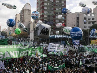 Marcha das cinco centrais sindicais da Argentina.