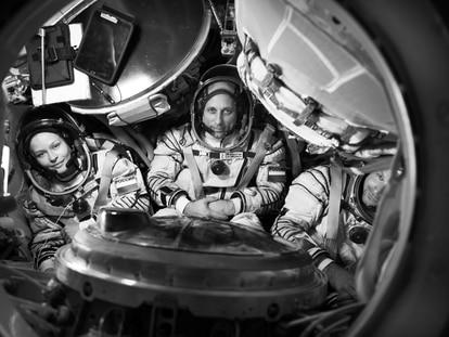 A atriz Yulia Peresild, o astronauta Anton Shkaplerov e o cineasta Klim Shipenko, a equipe que rodará o filme russo 'O desafio', o primeiro a ter cenas gravadas no espaço.