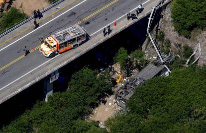 Ônibus despenca de uma ponte nesta segunda na Argentina.