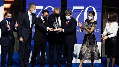 Da esquerda para a direita, Josep Crehueras, Felipe VI, os vencedores Agustín Martínez, Jorge Díaz e Antonio Mercero, junto à rainha Letizia e à finalista Paloma Sánchez Garnica.