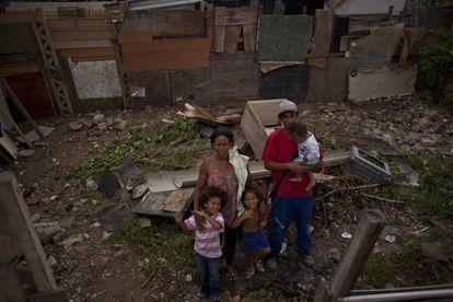 A família de Manuel Oliveira da Silva, de 35 anos, prepara seu novo lar em Jardim Gramacho.