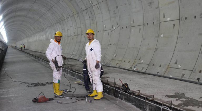 Dois operários em plena construção de uma das estações.