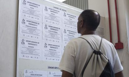 Homem olha painel de oferta de empregos em São Bernardo (SP)