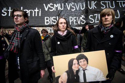Eslovacos seguram foto de Kuciak e Kusnirova na manifestação deste domingo em Bratislava