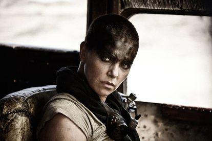 Charlize Theron em fotograma de 'Mad Max'.