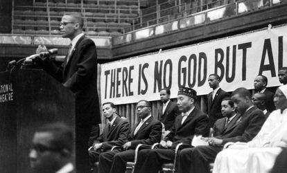 O ativista por direitos civis Malcolm X discursa em Chicago.