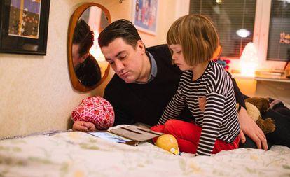 Pai cuida de sua filha.