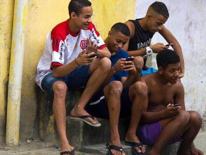 Jovens da favela Vigário Geral, no Rio de Janeiro