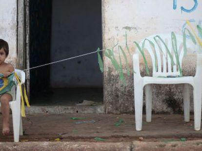 Criança brinca com bandeira brasileira em São Francisco do Brejão, no Maranhão.